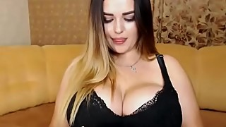 Huuge tits babe showing off on webcam